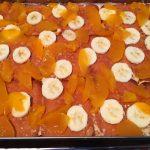 Biskvitena torta s praskovi i banani